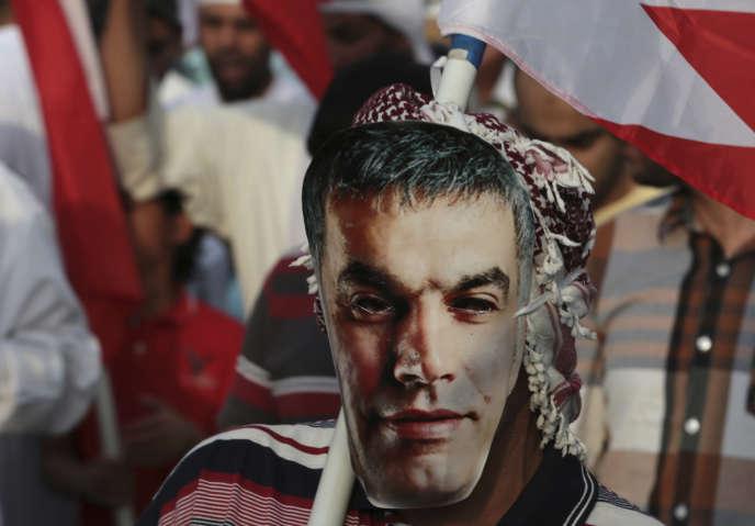 «Le régime, qui suit aveuglément la dérive belliciste de son voisin et protecteur saoudien, a délaissé depuis longtemps son libre-arbitre, mais il semble aussi avoir perdu tout sens de la mesure»(Manifestation en faveur de Nabil Rajab, en 2014, au Bahreïn).