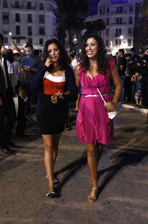 """Deux jeunes femmes marocaines sont sorties en jupes dans la rue, le 28 juin, pour protester contre l'arrestation de deux Marocaines douze jours plus tôt, car leurs tenues étaient jugées """"contraires aux bonnes mœurs""""."""