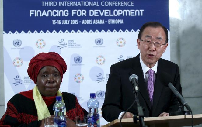 Ban Ki-moon, secrétaire général de l'ONU, et Nkosazana Dlamini-Zuma, membre du Congrès national africain, durant la troisième conférence internationale sur le financement du développement, à Addis-Abeba (Ethiopie), le 13 juillet.