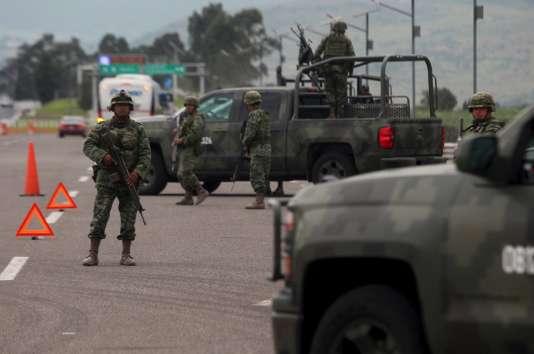 Un important dispositif militaire et policier a été déployé pour tenter de retrouver le plus puissant baron de la drogue mexicain.