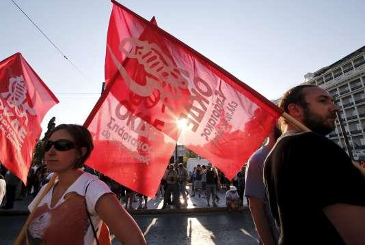 Des manifestants anti-Union européenne devant le Parlement d'Athènes, lundi13juillet.