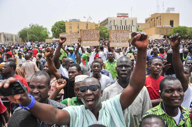 Une manifestation en faveur du nouveau code électoral, à Ouagadougou, le25avril2015.