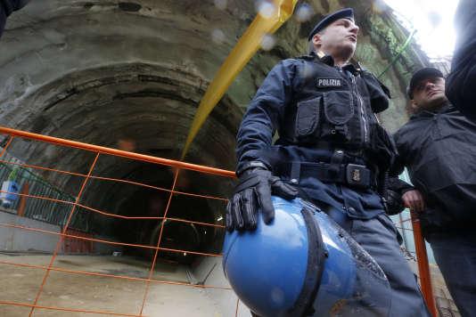 Des policiers gardent l'entrée du tunnel à Chiomonte, en mars 2013.