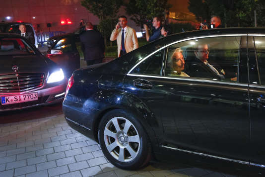 La directrice générale du FMI, Christine Lagarde, sort d'une réunion de l'Eurogroupe sur la situation économique en Grèce, au siège de l'Union Européenne, à Bruxelles, Belgique, dans la nuit de samedi 11 au dimanche 12 juillet 2015.