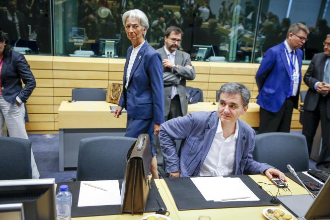 La directrice générale du FMI Christine Lagarde, et le  ministre des finances grec, Euclide Tsakalotos, participent à une réunion de l'Eurogroupe sur la situation économique en Grèce, au siège de l'Union Européenne, à Bruxelles, Belgique, dimanche 12 juillet 2015.