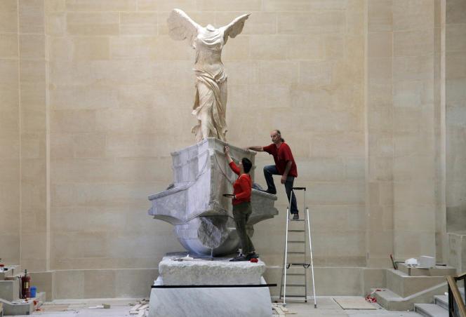 Le retour de la Victoire de Samothrace au Louvre après dix mois de restauration le 8 juillet à Paris.