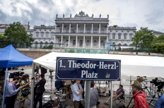 Devant le palais Cobourg, à Vienne, où se tiennent les négociations sur le nucléaire iranien.