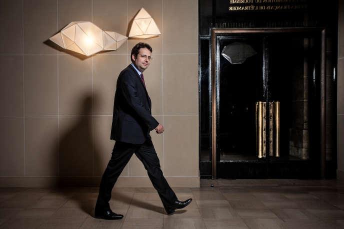 Matthias Fekl, Secrétaire d'État chargé du commerce extérieur, de la promotion du tourisme et des Français de l'étranger dans les couloirs du Quai d'Orsay, à Paris, le 12 juillet 2015.