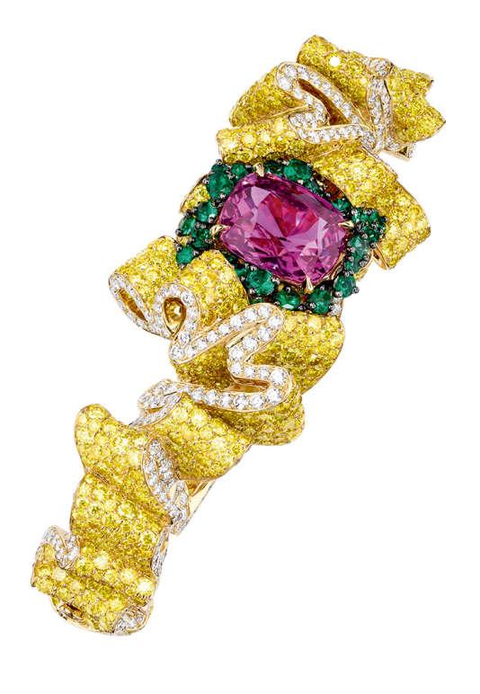 Bracelet Pli Plat en or jaune, diamants, diamants jaunes, saphir rose et émeraudes, collection Soie Dior, Dior Joaillerie.