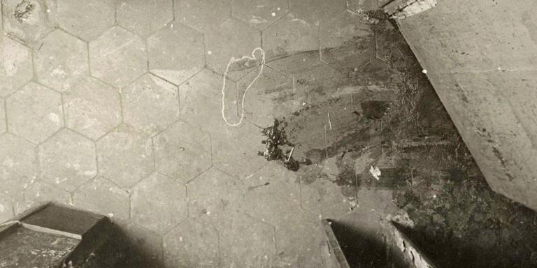 Trace de pas, assassinat de M. Van den Berg, affaire du 12, rue de la Charbonnière, à Paris, le 9 mai 1916. Photographie d'Alphonse Bertillon.