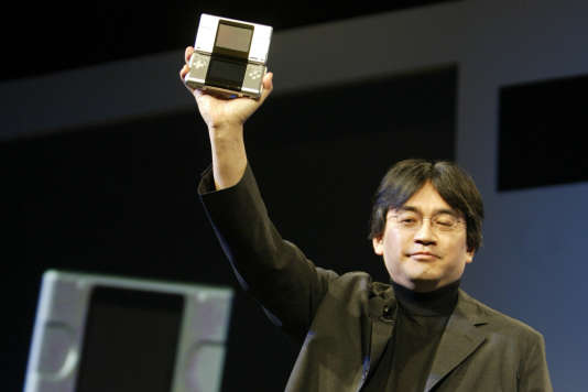 Satoru Iwata lors de la présentation de la Nintendo DS, en mai 2004 à Hollywood.