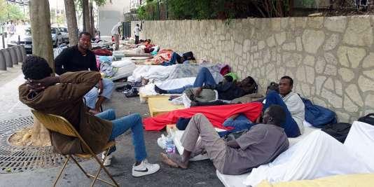 Des migrants dans le quartier de la Chapelle, dans le nord de Paris, le 13 juillet.