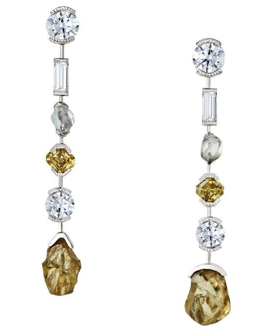 Boucles d'oreille en or, diamants bruts et taille ronde et baguette, collection Talisman, De Beers.