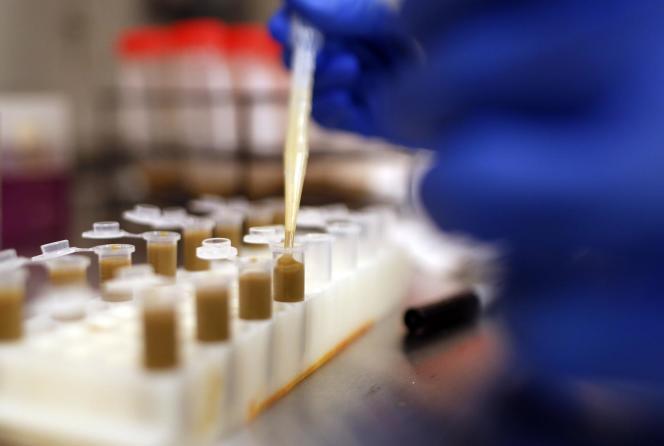 La crise a été aggravée par l'assèchement des efforts de recherche-développement consacrés à de nouveaux antibiotiques par l'industrie pharmaceutique, qui a préféré se tourner vers d'autres secteurs plus prometteurs.