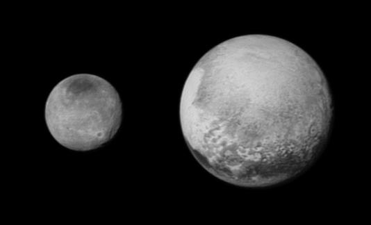 Images de Pluton (à droite) et sa pseudo-lune Charon (prononcer Karon) prises le 12 juillet par la sonde américaine New Horizons, qui devait passer au plus près de ces deux astres le 14 juillet.