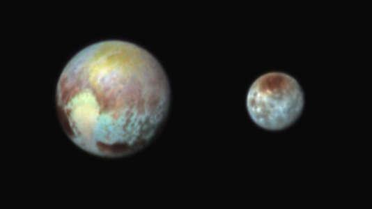 Pluton à gauche, et sa lune, Charon.