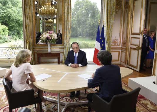 François Hollande avec les journalistes Claire Chazal et David Pujadas, à l'Elysée, le 14 juillet 2015.