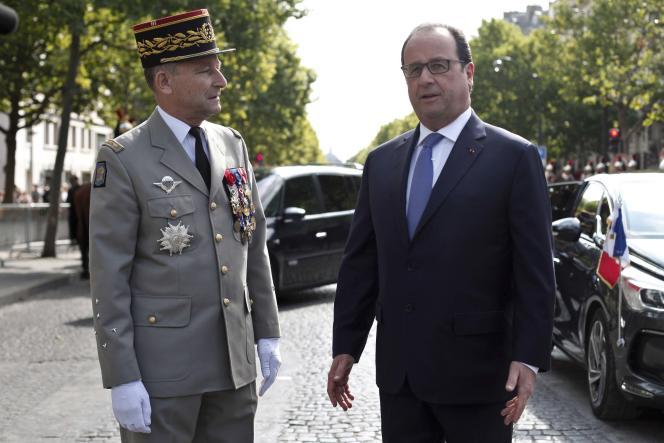 Le chef d'état-major des armées (CEMA), le général Pierre de Villiers, avec François Hollande, le 14 juillet.