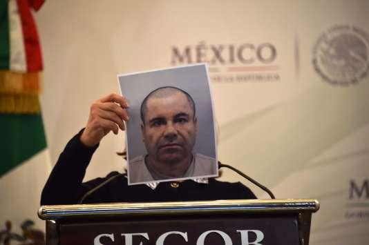 Une photo récente de Guzman a été montrée sur laquelle le criminel apparaît sans moustache, les cheveux rasés.