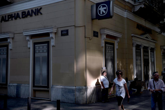 Un homme vend des tickets de loterie devant une banque à Athènes le 13 juillet 2015.