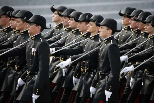 Les élèves de l'école Polytechnique sur les Champs-Elysées pour la parade militaire du 14 juillet 2015.