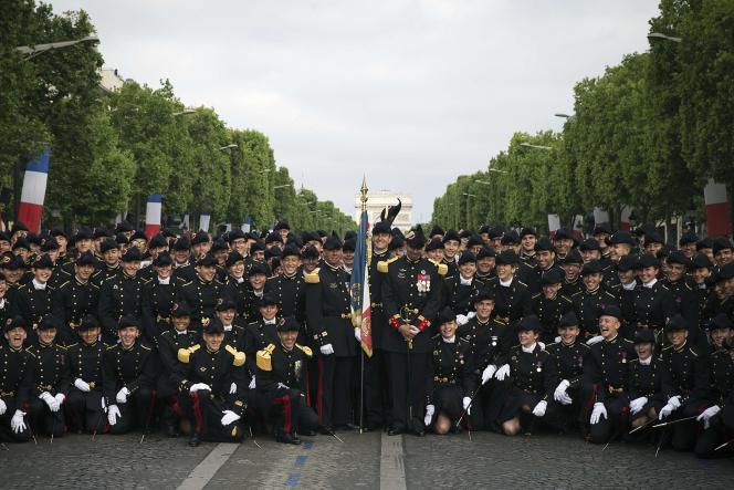 «L'Ecole polytechnique deviendrait ainsi la seule grande école ou université du monde à accepter des salariés d'un groupe privé en aussi grand nombre au sein de son campus. » Photo : Polytechniciens et polytechniciennes se préparant à défiler sur les Champs-Elysées, à Paris, le 14 juillet 2015.