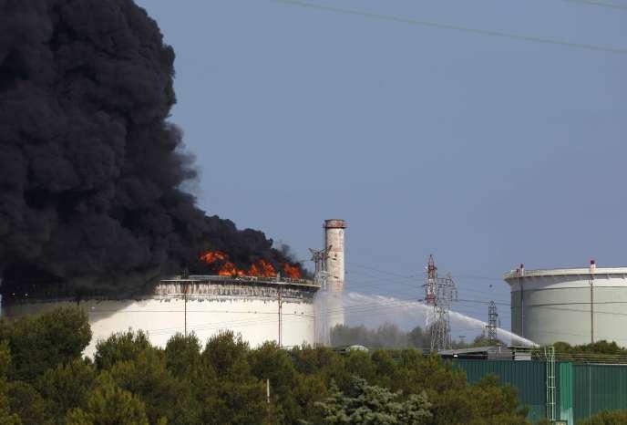 Les pompiers interviennent sur le site pétrochimique de LyondellBasell à Berre-l'Etang, mardi 14 juillet.