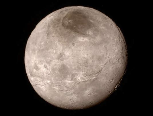Charon, la plus grande lune de Pluton, prise par la sonde américaine New Horizons, le 13 juillet, à une distance de 466000 km.