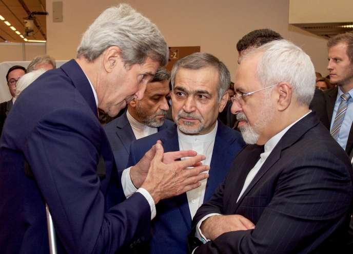 John Kerry s'entretient avec Hossein Fereydoun (au centre), frère du président iranien Hassan Rouhani, et Javad Zarif.