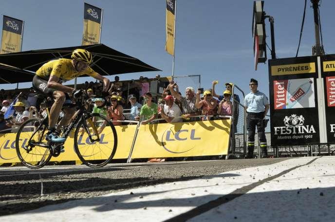 Mardi 14 juillet, Chris Froome franchit en vainqueur la ligne d'arrivée de la 10e étape du Tour de France, à La Pierre Saint-Martin.