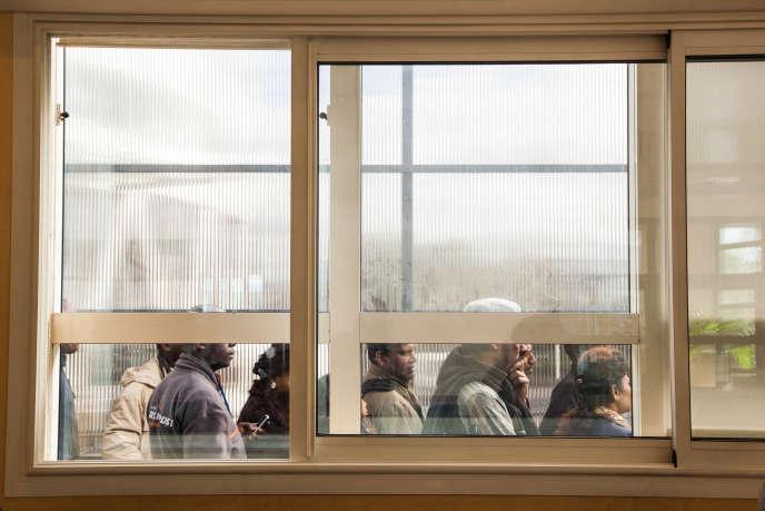File d'attente de demandeurs d'asile devant les bureaux de l'OFPRA à Val de Fontenay en 2015.