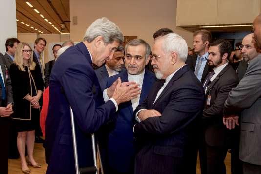 Le secrétaire d'Etataméricain, John Kerry, en pleine conversation avec Hossein Fereydoun (au centre), le frère du président iranien Hassan Rohani, et le ministre des affaires étrangères iranien, Javad Zarif, à Vienne, le 14 juillet 2015.