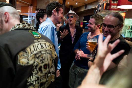 Milo Yiannopoulos (au centre, avec le chapeau), l'un des plus célèbres trolls d'Internet.