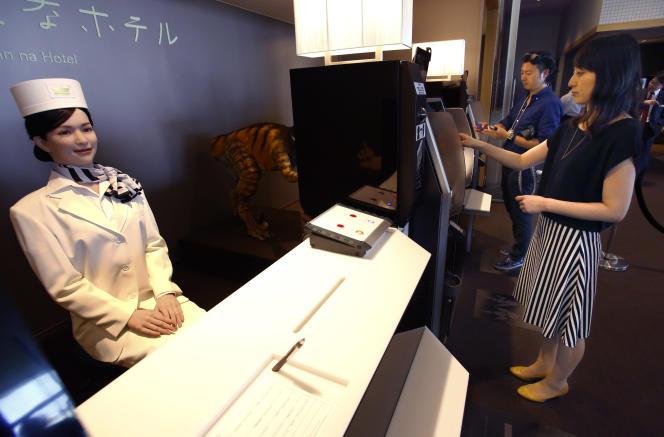 Une androïde accueille les clients de l'hôtel.