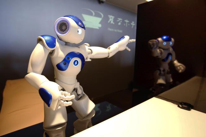 Nao, un robot français, officie comme réceptionniste.