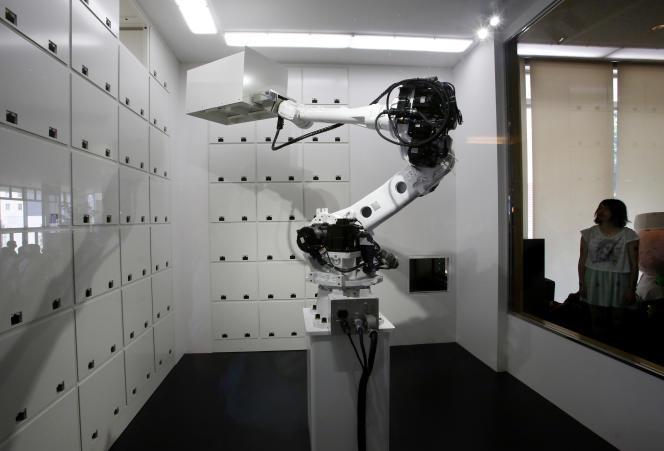 Ce bras mécanique stocke les objets que lui confient les clients de l'hôtel.