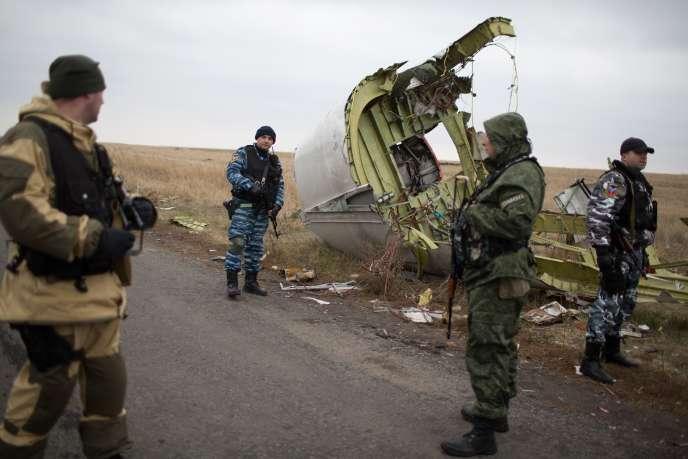 Des hommes en armes pro-russes montent la garde autour de débris du vol MH17 près du village de Grabove en Ukraine, le 11 novembre 2014.