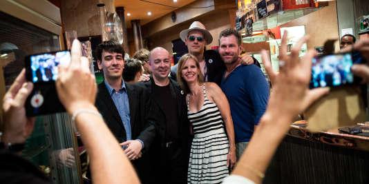 Premier rendez vous GamerGate dans un bar a Paris. Vox Day (de son vrai nom Theodore Beale, deuxième à gauche) et sa femme, Milo Yiannopoulos et Mike Cernovich posent pour des photos.
