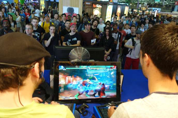 Ken Bogard (de dos, à gauche), en plein combat commenté sur le stand de Capcom, àlaJapanExpo2015.