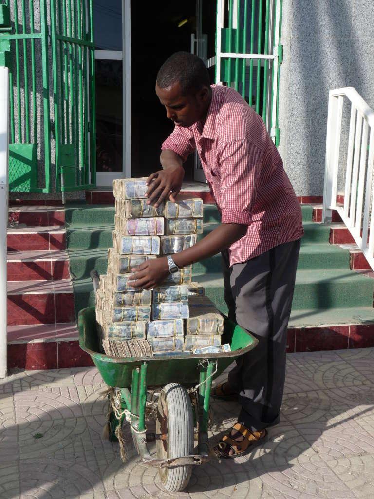 Un habitant du Somaliland part au marché, en 2013.