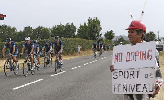 Un spectateur attend Lance Armstrong le 16 juillet. Le septuple vainqueur déchu du Tour a effectué l'étape Muret-Rodez 24h avant le peloton.