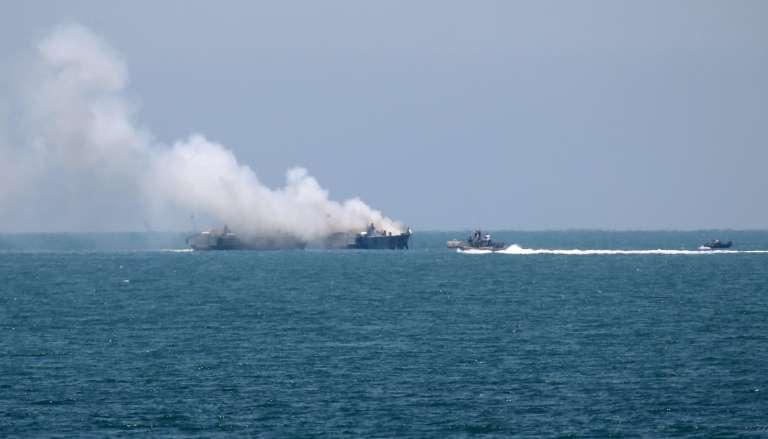 Un navire de guerre égyptien en feu au large de la péninsule du Sinaï, jeudi 16 juillet.