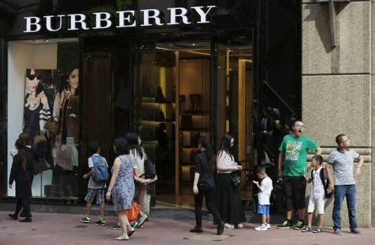A Hongkong. Burberry a admis qu'il s'était heurté à une sévère chute de la demande à Hongkong, avec un effondrement de 20 % de ses ventes.