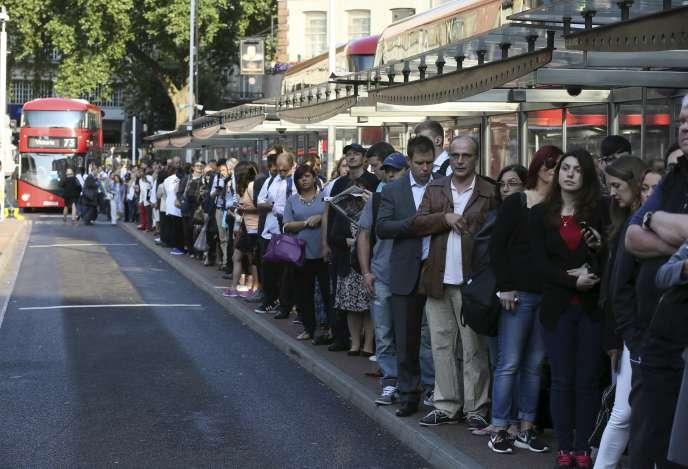 Des passagers attendent des bus durant la grève des métros londoniens le 9 juillet 2015.