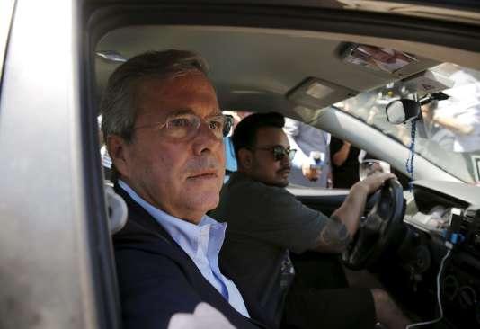 Jeb Bush, dans un véhicule Uber, à San Francisco, le 16juillet.