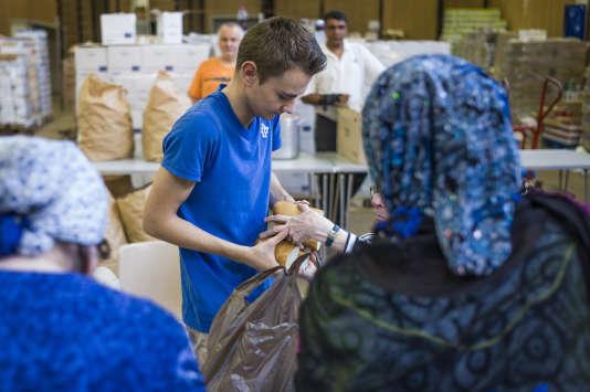 L'association Août secours alimentaire distribue de la nourriture à Paris, le 7 août 2014.