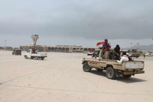 Des soldats luttant contre les rebelles houthistes devant l'aéroport d'Aden, au Yémen, le 16 juillet.