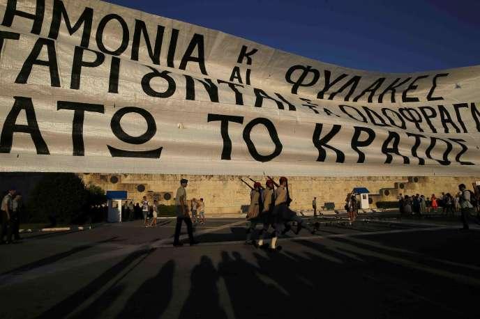 Lors de la manifestation des fonctionnaires contre l'austérité, à Athènes le 15 juillet.