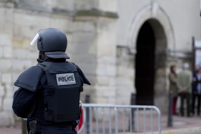 Un policier devant une église de Villejuif (Val-de-Marne), le 26avril2015.