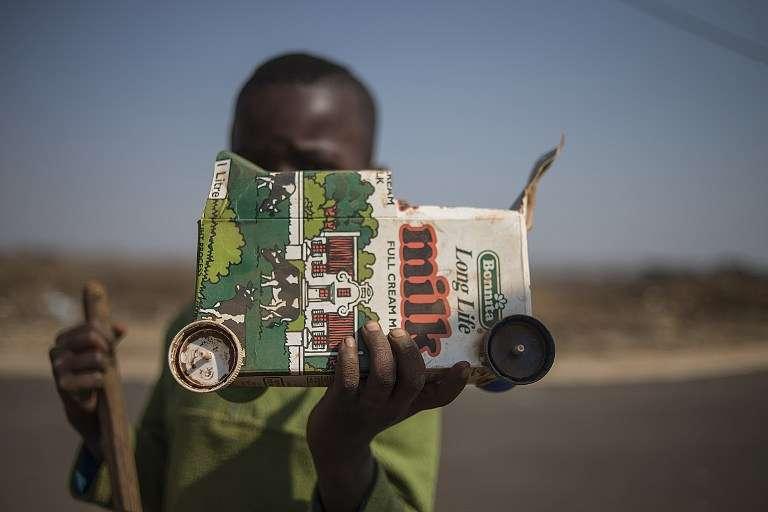 Un jeune garçon avec son jouet, à Johannesburg, en juillet 2015.